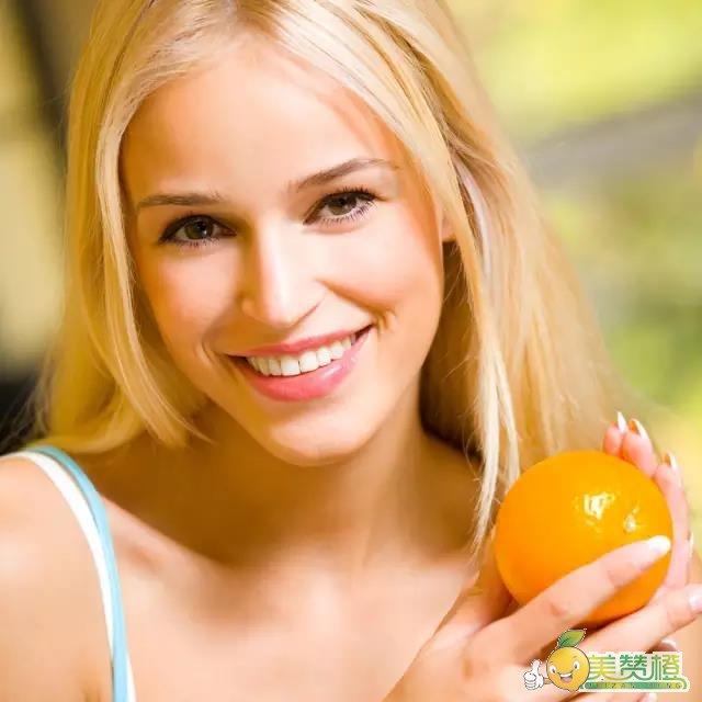 橙子含有丰富的维生素C,而维生素C有助于抑制黑色素的形成,可以有效美白紧致皮肤。