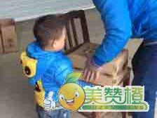 3岁小英雄来帮爸爸把橙搬